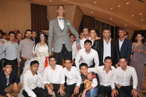 The-Worlds-tallest-man-Sultan-Kosen-poses-with-Merve-Dibo-and-fellow-guests-during-their-wedding-ceremony